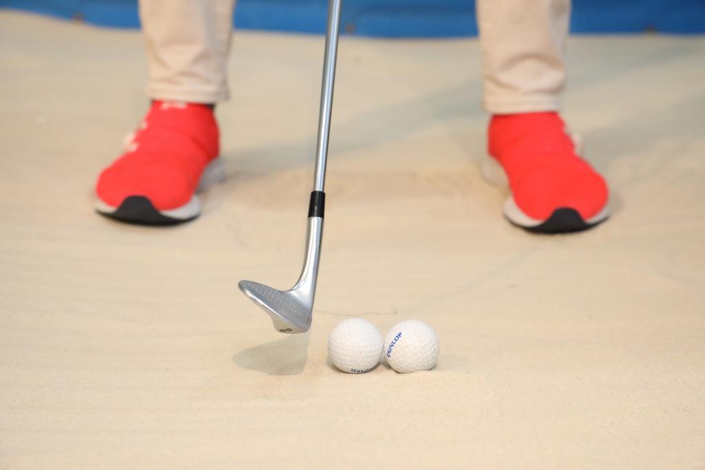 画像: 打ちたいボールの手前に仮想ボールをイメージして打つのがコツ