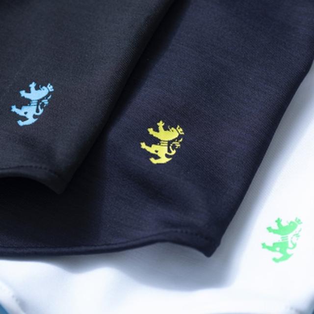 画像: 黒、紺、白の3色展開。おなじみの「ランパント」はロゴと同色で首元に
