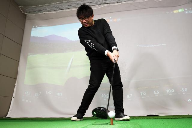 画像: 「ハンドファーストでインパクトすることでボールを長く押すことができる」と吉田一尊プロ