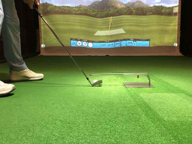 画像: 写真C:棒を短く収納した状態でボール直情に位置するよう置けば、インパクト前後のクラブの通り道もチェックできる