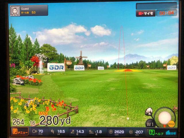 画像: ゴルフシュミレーター「GDR」でデータ計測しながら試打を行った