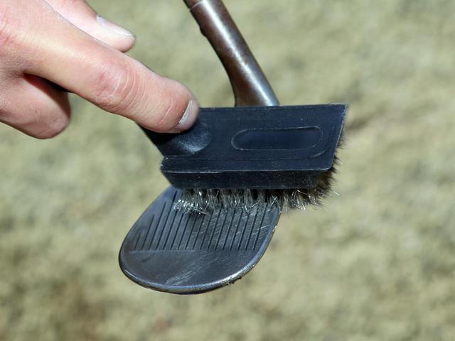 画像: 溝の汚れを取り除くために、軟らかな金属系の毛先を持つブラシを携行するのがオススメだと伊澤