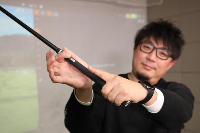 画像: グリップで意識すべき指は左手の3本指と右手の2本指。テークバックで左手の3本指を内側に少し巻き込むようにするとフェースが開く動きが収まる