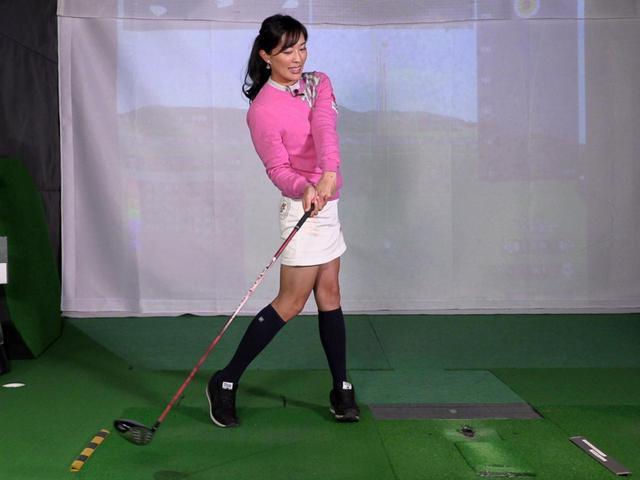 画像: 飛ばそうと腕に力が入ったり、ボールに対しヘッドを合わせるように打ってしまうと振り遅れの原因になると小澤