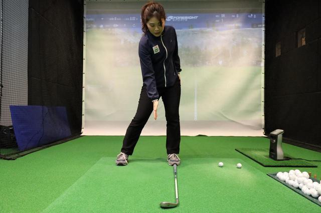画像: 左ひざが左つま先方向に向けるようにダウンスウィングすると、自然と左股関節を折り込めると大谷はいう
