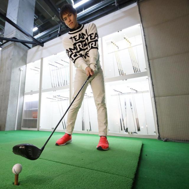 画像: 練習場でもテンプラしてしまうというゴルファーはあえてボールの上を素振りしてみよう!