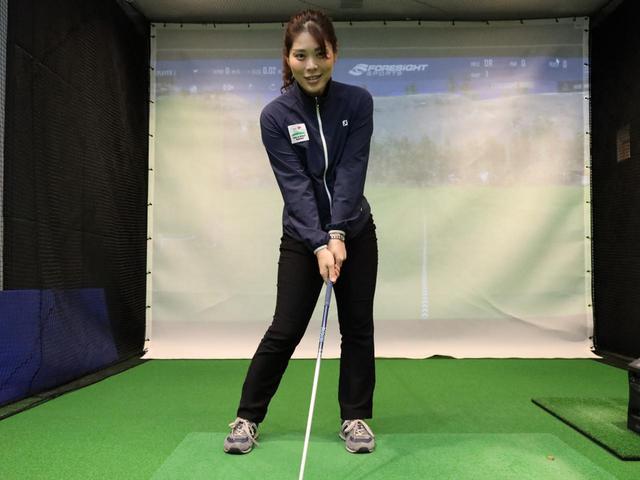 画像: あらかじめ左足体重で構えておくと、振り幅が狭く体重移動の度合いが減りやすいショートアプローチでもしっかりと左サイドに体重を乗せてインパクトできるという