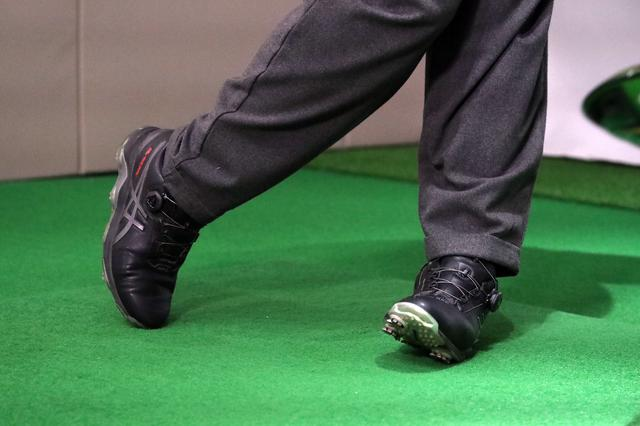画像: フォローにおける左足のつま先のイメージ。左足かかとが軸となって回転しており、結果としてつま先がめくれ上がっている