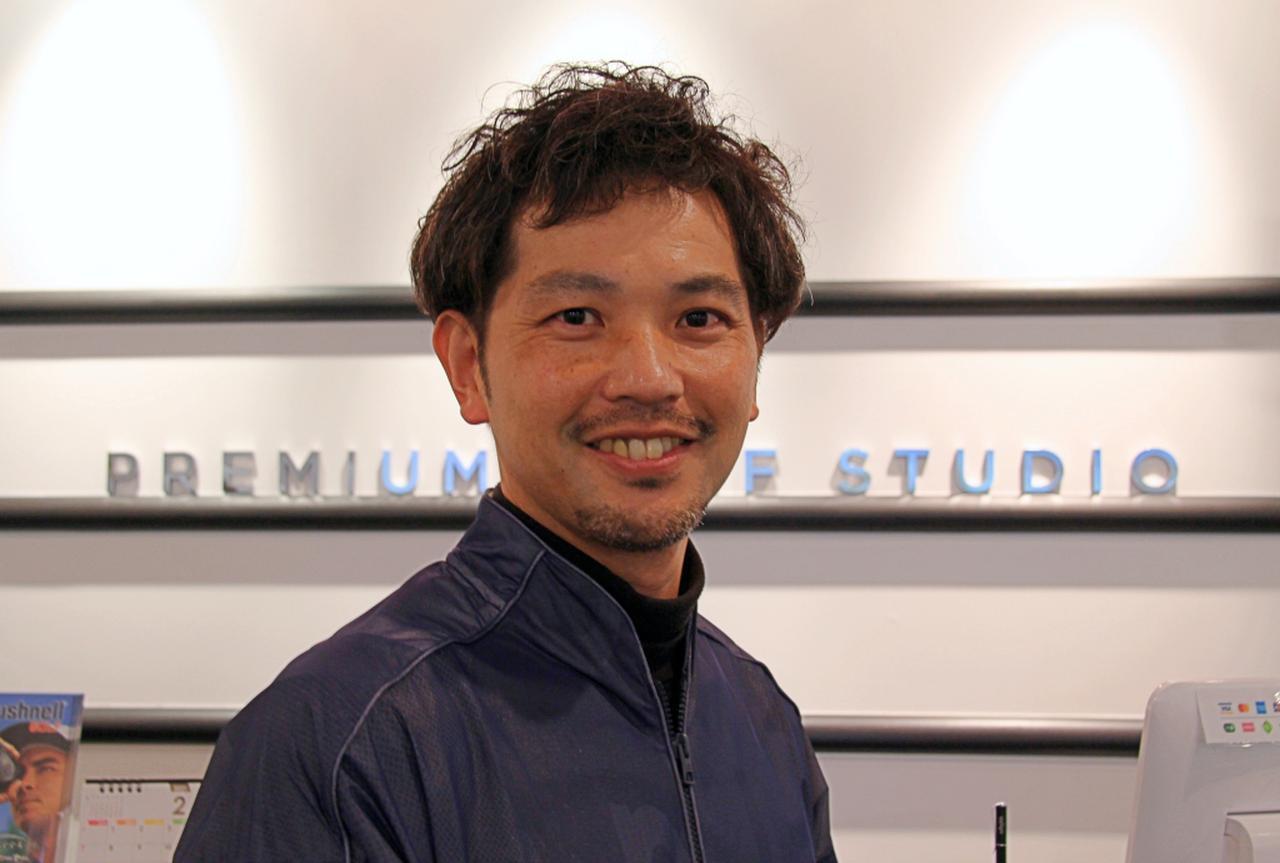 画像: フィッティングを担当してくれた「プレミアムゴルフスタジオ」の吉田智フィッター。自身、300Y以上飛ばす達人で、フィッティングの腕も一流