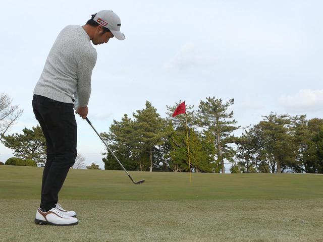 画像: アプローチの達人・伊澤秀憲に、左上がりのグリーンエッジからのアプローチを教えてもらおう