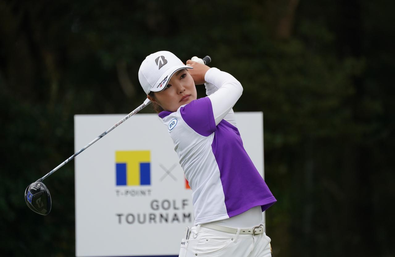 画像: 「Tポイント×エネオスゴルフトーナメント」の初日を8アンダーで首位に立った高橋彩華(写真/大澤進二)