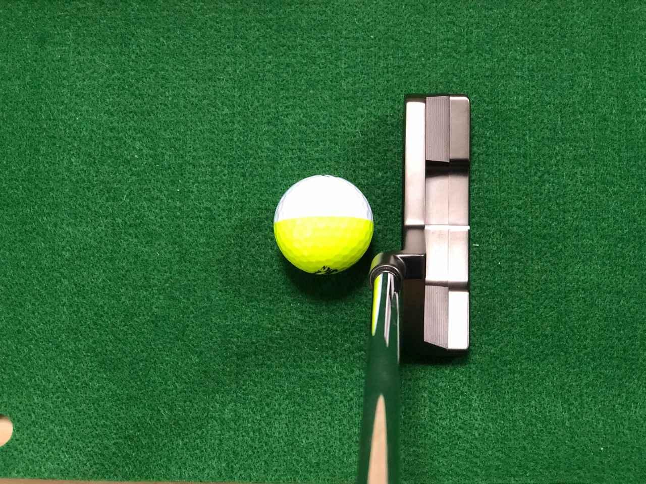 画像: 色分けされたボールの境目をターゲット向け、トップラインとサイトラインのスクェアな感覚をつかむことで、ターゲットに対してスクェアな構えを身につけられる