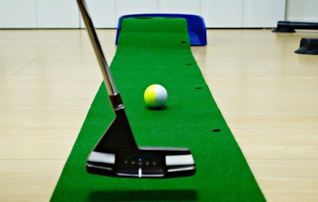 画像: 色分けされたボールの境目が一直線に転がることで、ボールの回転軸が地面と水平な転がりのいいパッティングをできたことが一目瞭然となる