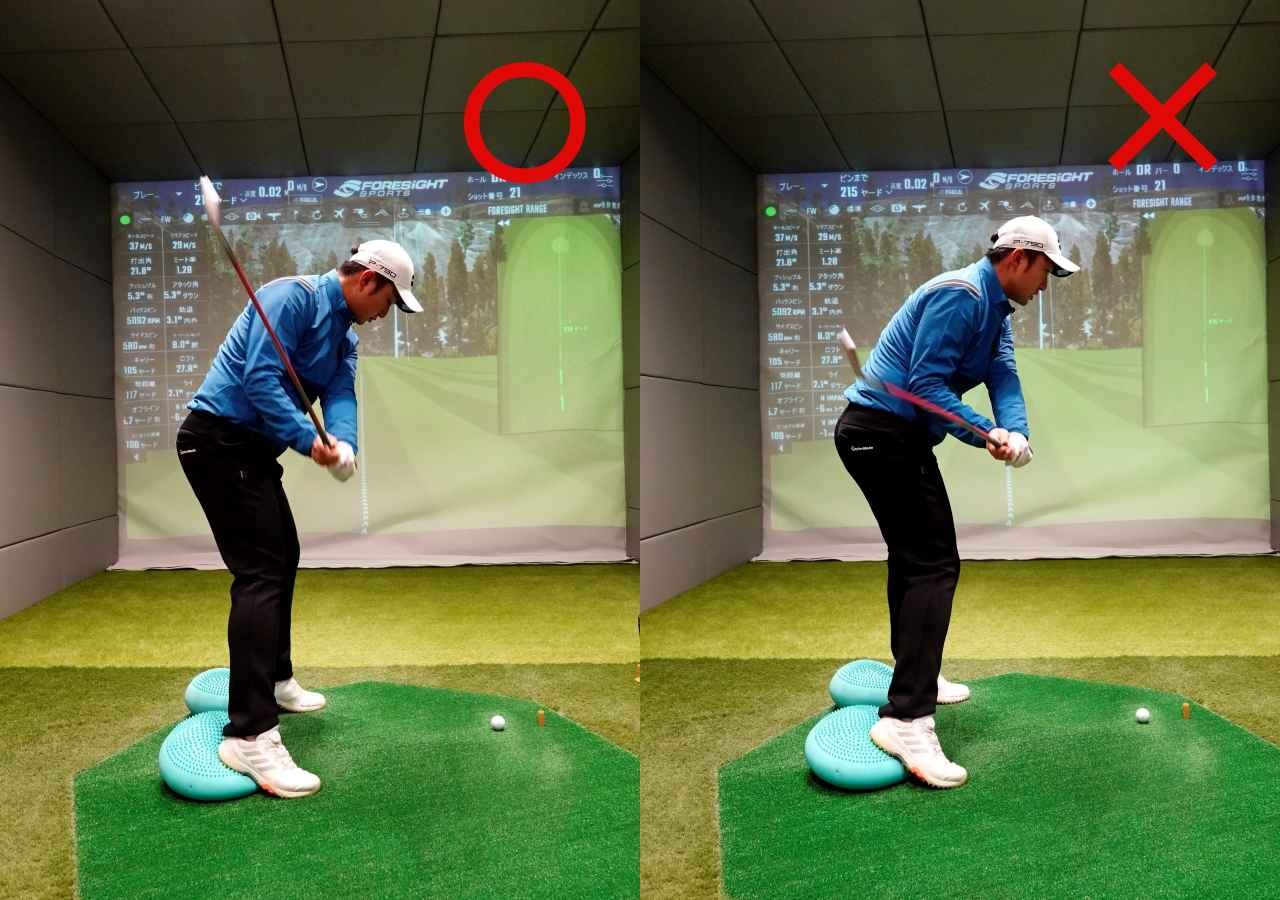 画像: 画像B つま先下がりはアップライトな軌道でややカットに振る意識があるとボールがつかまり右へのミスを防げる(左)。フラットでインサイドから入る軌道だとボールに届かなくなりトップやチョロの原因になる(右)