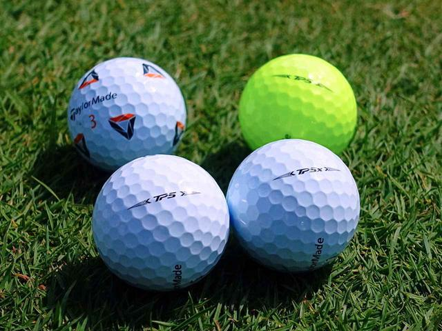 """画像: TP5/TP5xボールには通常の白色に加え、リッキー・ファウラー監修のもとデザインされた""""クリアパスアライメント""""を使用した「Pix」(左上)、表面塗装に加えてカバー自体も着色したイエローカラー(右上)もラインナップ"""