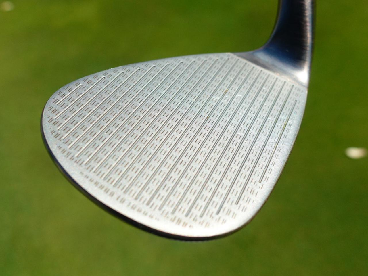 画像: フェース面はノーメッキで新設計の溝デザインでスピン性能が向上。56~62度はフルスコアライン仕様になっている