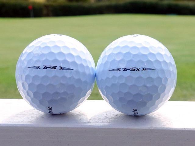 画像: テーラーメイドの2021年ニューツアーボール「TP5」(左)、「TP5x」(右)