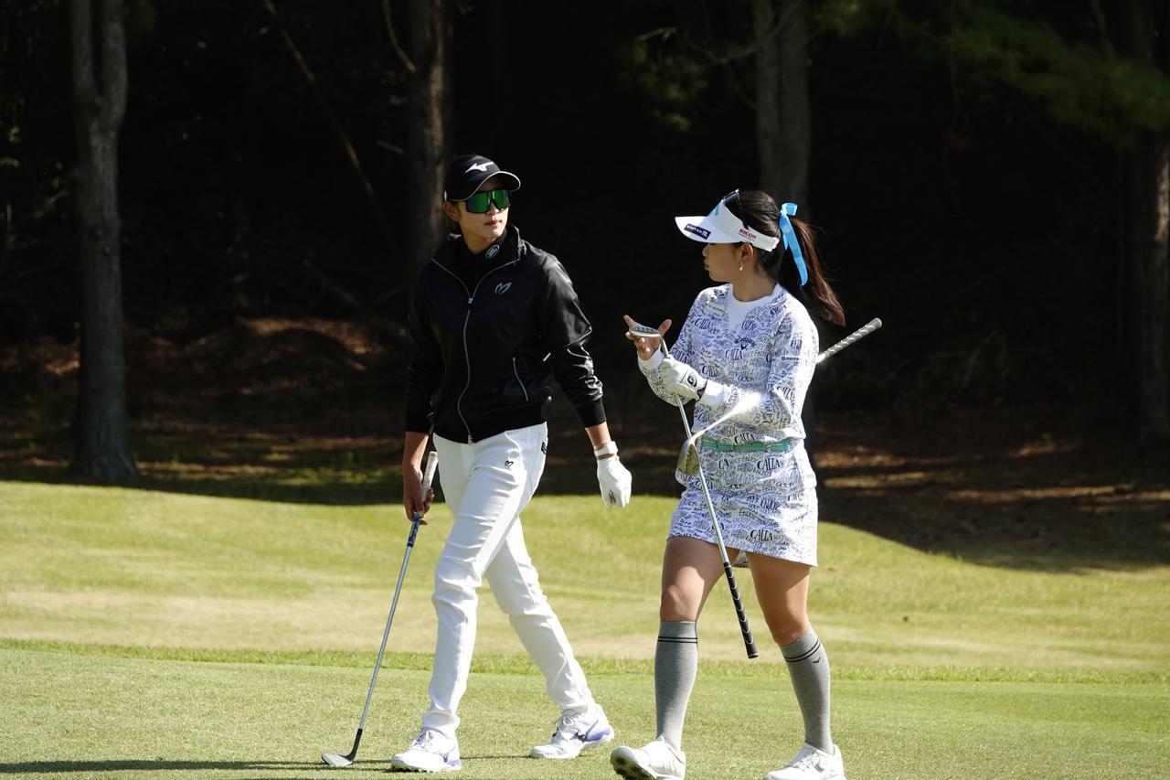 画像: 火曜の練習ラウンドを2人で回った原英莉花(左)と河本結(右)