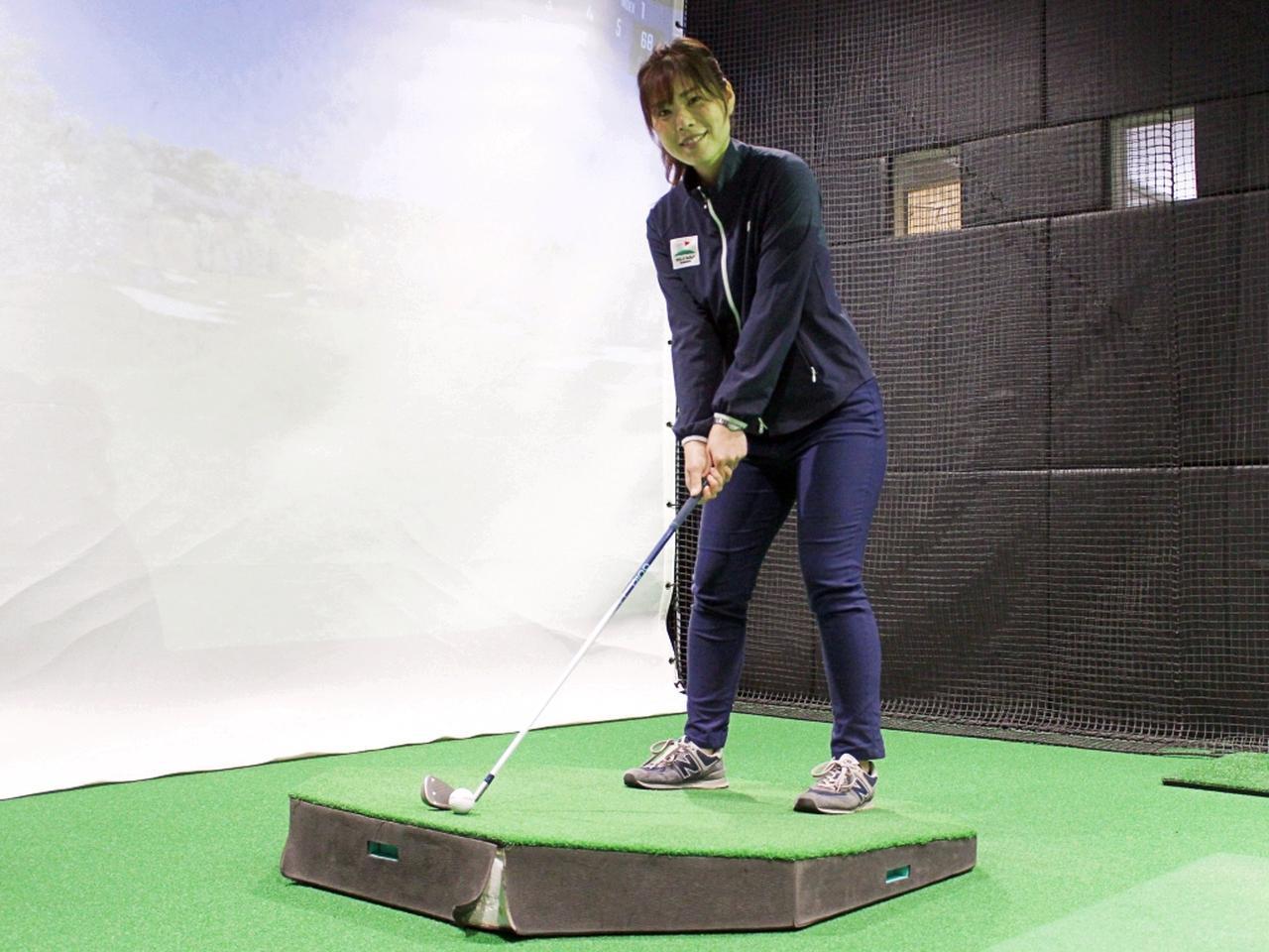 画像: プロゴルファー・大谷奈千代に、つま先上がりのライから打つコツを教えてもらおう