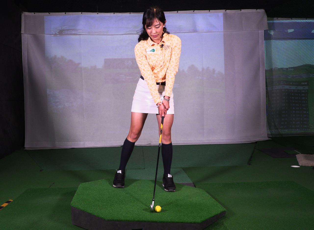 画像: 左足下がりにおける、正しいボール位置。センターよりやや左寄りが正解