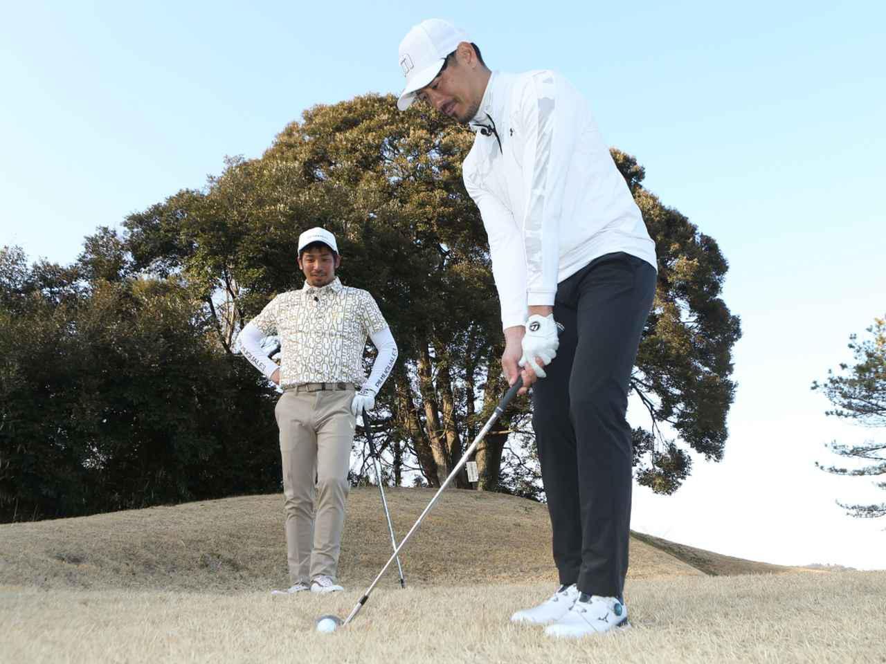 画像: ゴルフ好きの元サッカー選手・鈴木啓太(右)が、アプローチ上達を目指して伊澤秀憲プロ(左)に弟子入り!