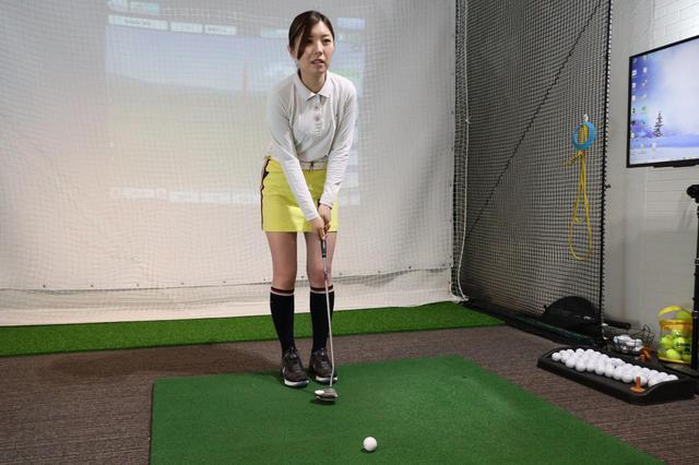 画像: ロングパットではボール後方に立ち、ターゲット方向を見ながら距離感を重視しましょうという