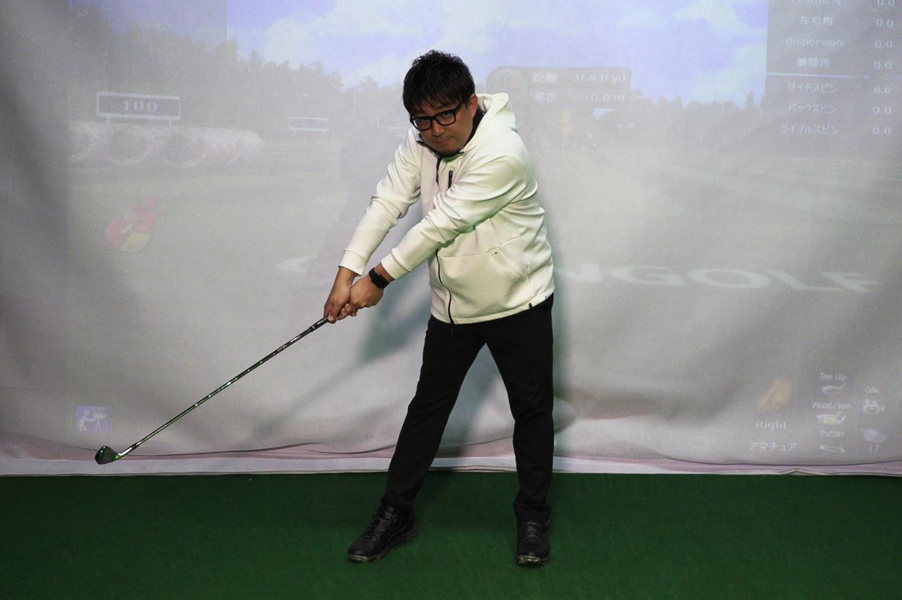 画像: 切り返しからインパクトに向けて加速するイメージで振った際のハーフウェイダウン。手や腕に力が入って手首の角度もほどけている