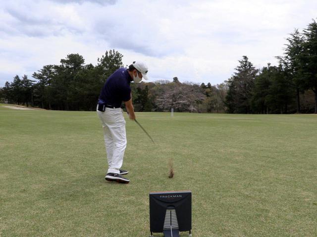 画像: ピンまで120ヤードほどの打ち下ろし、PWで打ったセカンドショット。芝がまだ薄い状態でしたが、ソールの抜けがとてもいいです