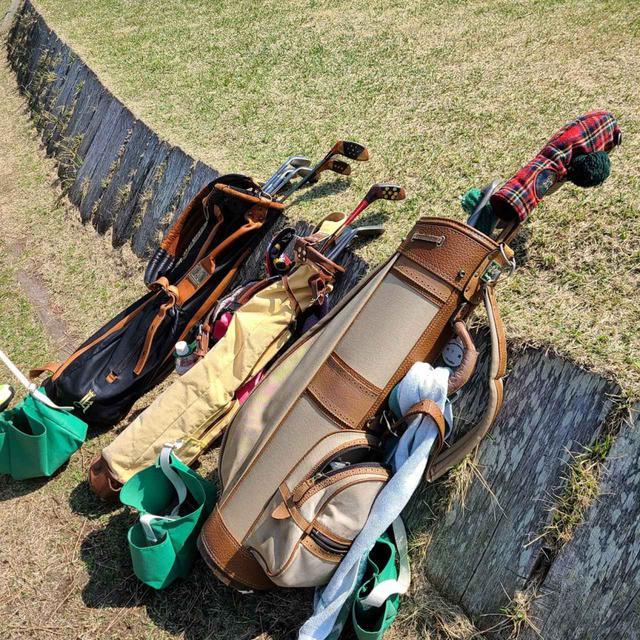 画像: 現代のクラブと異なり、ヒッコリーという木で作られたゴルフクラブはしなりが不規則で面白いという(写真提供/松下健)