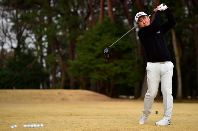 画像: 週刊ゴルフダイジェストで四半世紀にわたり試打レビューを続ける堀越良和プロ。初代からプロV1を使い、近年はプロV1xを愛用する。
