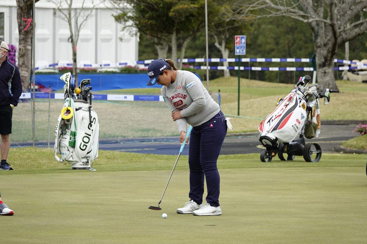 画像: 右手一本でパット練習をする鈴木愛(写真は2021年のアクサレディスゴルフトーナメント)