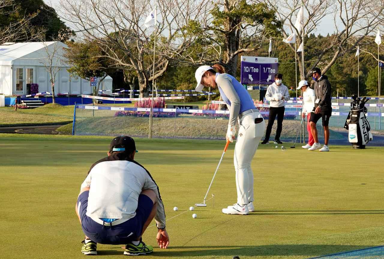 画像: ラインを示すゴムひもを張り練習する渡邉彩香(写真は2021年のアクサレディスゴルフトーナメント)