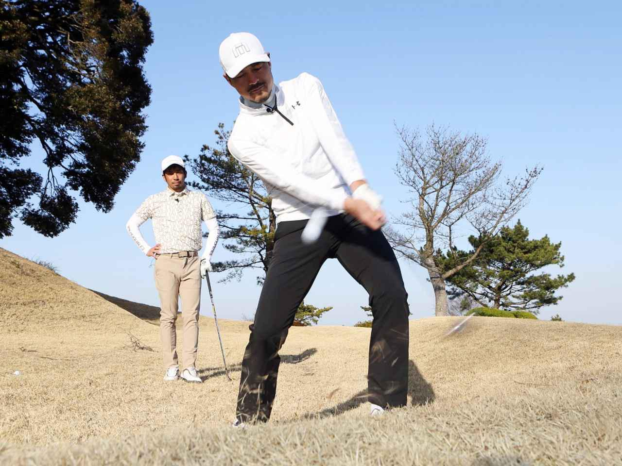 画像: 鈴木が伊澤に教わったアッパーブローで打つ左足上がりのスピンアプローチ。ぜひ実践してみよう!