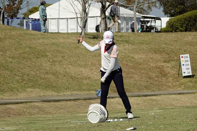画像: 前週のアクサレディスの練習場でテークバックの腕と体の調和を意識して練習する稲見萌寧(写真は2021年のアクサレディスゴルフトーナメント)