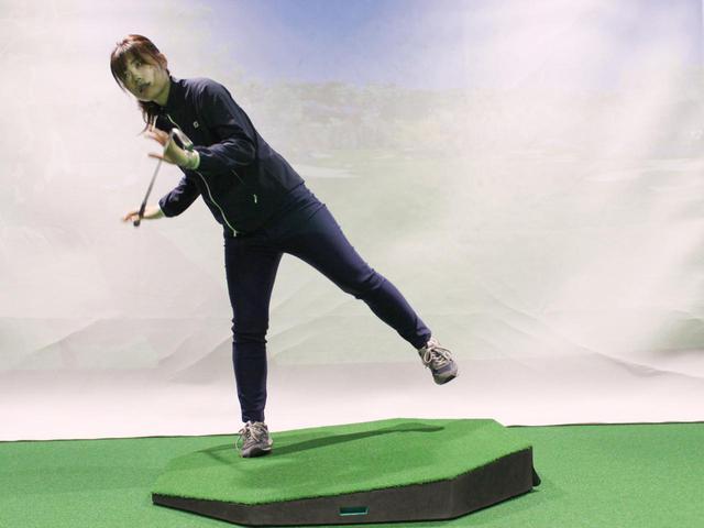 画像: 左足上がりのライではバックスウィングで大きく右側に体重移動すると、体の軸がブレやすいので気を付けよう