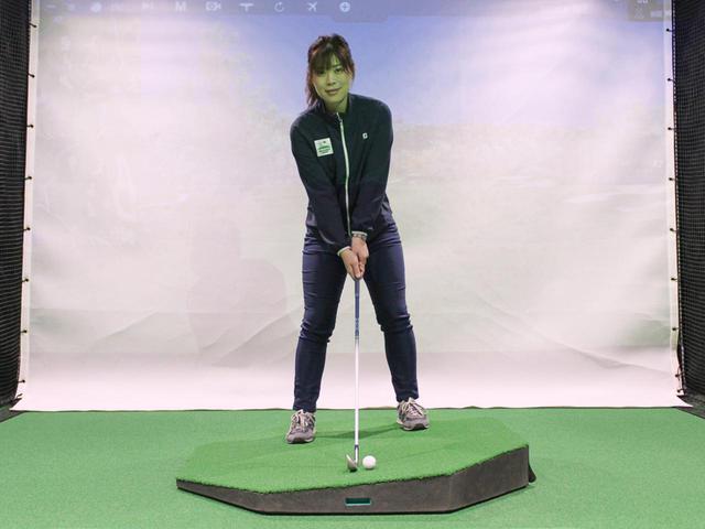 画像: 左足上がりの傾斜では、できるだけ水平面に対して垂直な姿勢で構えるのが正解