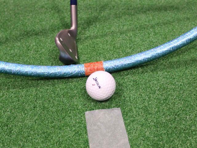 画像: ボール位置はスウィングの最下点が目安だ