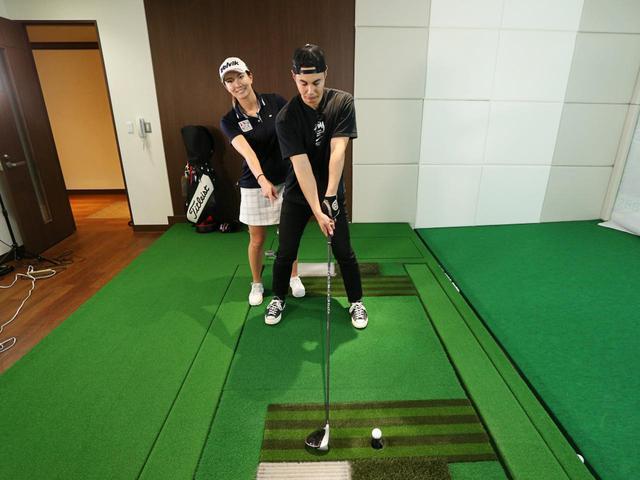 画像: 高島のアドバイスを受け、左足かかと線上に位置するボールに対して、スタンスの真ん中辺りにヘッドをセットして打ってみることに