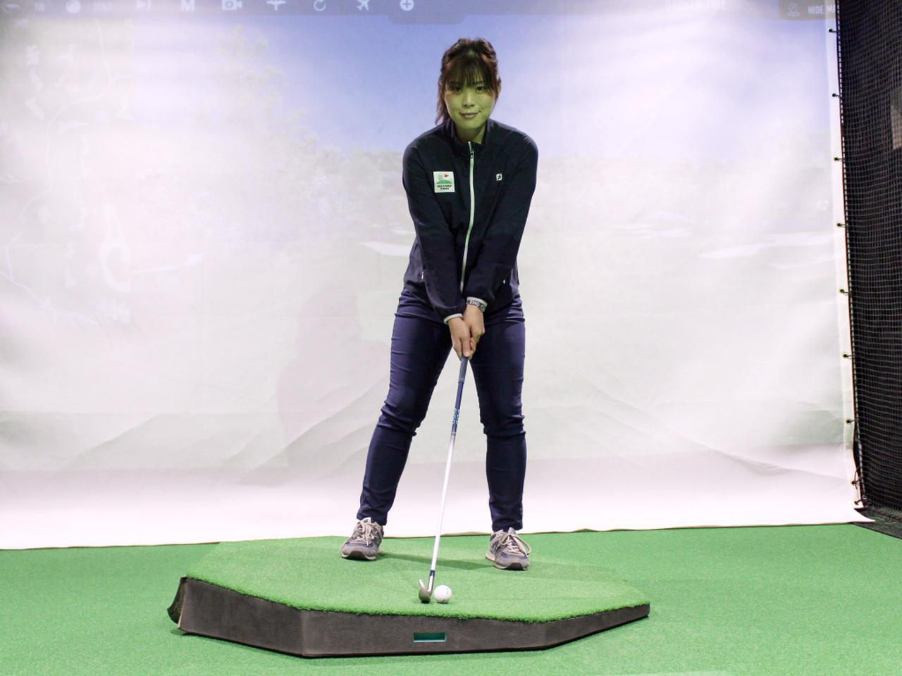 画像: 左足上がりの傾斜では、できるだけ水平面に対して垂直な姿勢でアドレスしよう。傾斜がきつい場合は右足4:左足6の体重配分で構えるのがポイントだ