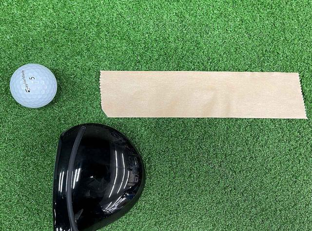 画像: ガムテープとボールは2~3センチ離し、ヘッドがガムテープに触れないように直接ボール打つように。すくい打ちだとガムテープが剥がれたりグチャグチャになったりします