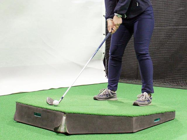 画像: 傾斜を再現できる専用の器具さえあれば、上に乗るだけで傾斜からのショット練習ができる。大谷がティーチングスタッフを務めるヒルズゴルフアカデミーでは用意があるが、すべての練習場に完備されているわけではない