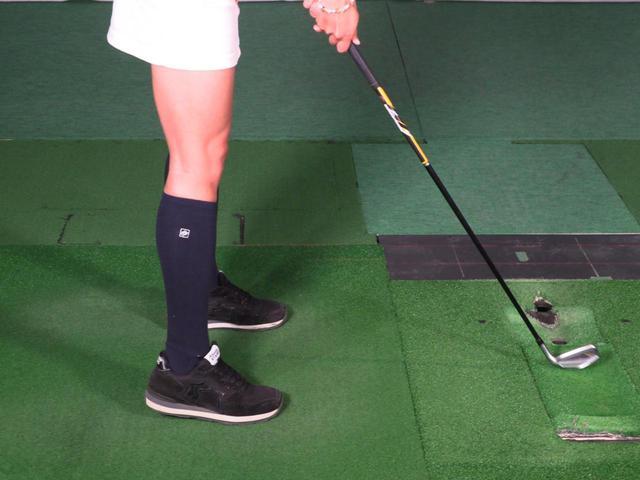 画像: 「右足かかと上げドリル」のやり方は簡単。右足のかかとを浮かせて構えるだけで良い。小澤が実践する場合はほんのわずかに浮かせる程度となっているが、目安としては「3~5センチ程度浮かせるのが良いですよ」と小澤