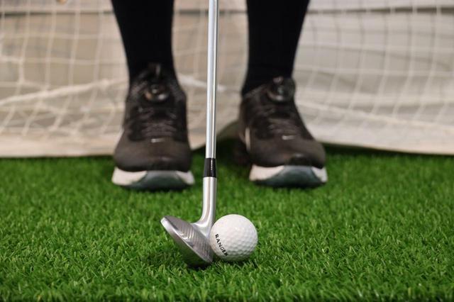 画像: 左足かかと線上にボールを置いて、パターのように打つ。そうすることで「グリーンに乗せるのが最優先」と高久はいう
