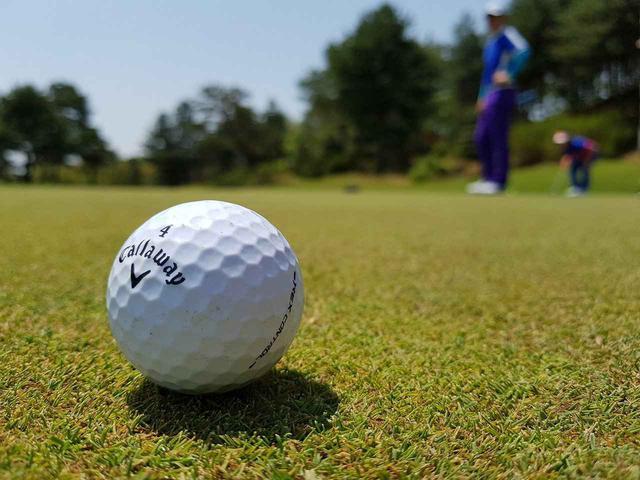 画像: もちろん最初は自分のプレーで手一杯。だが、余裕が出てきたら周りに気を配るとそれだけでスマートなゴルファーに見えるものだ