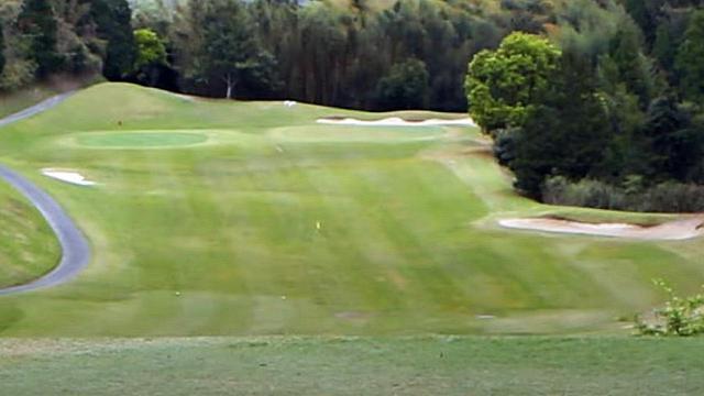 画像: グリーン周りのロケーション。画像中央の黄色いフラッグ以降は上り傾斜となっておりランが出づらい。画像右のバンカーはキャリーで越えたいが、そのバンカー奥は林となっているため、右に飛ぶのはNGだと高島