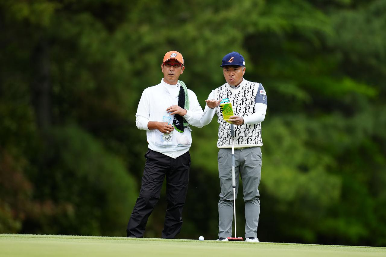 画像: 片山晋呉(右)のキャディを、今週は江連忠(左)が務めた