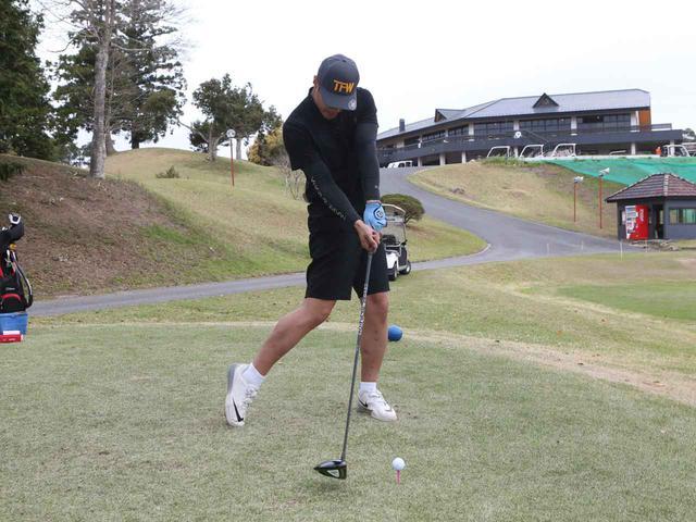 画像: ユージの腰を主体に回すスウィングの場合、右足と右腰が目標方向に動き過ぎることでインパクトで左肩が開きやすい。これがスライス球やスピン量の多い打球が出る原因だと高島