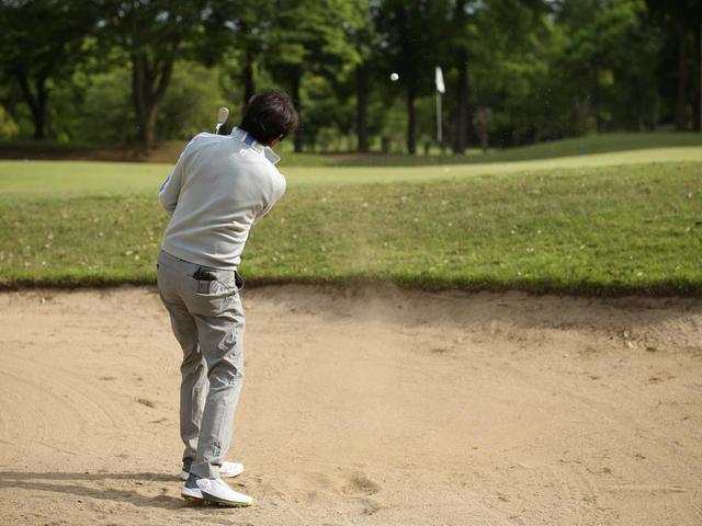 画像: バンカーショットからの距離の打ち分け方をプロゴルファー・中村修に教えてもらおう