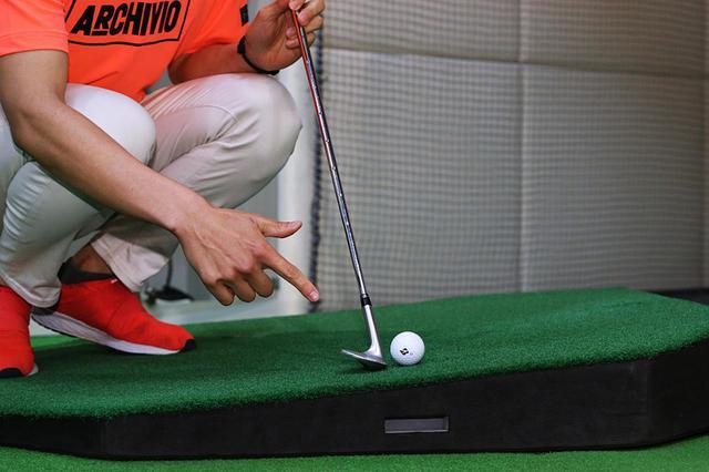 画像: 左足上がりの傾斜ではロフトが寝てしまう、かつフルスウィングできないために2番手上げる必要があるようだ
