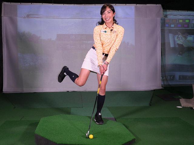 画像: 教え上手のレッスンプロ・小澤美奈瀬に左足下がりのライから打つコツを教えてもらおう